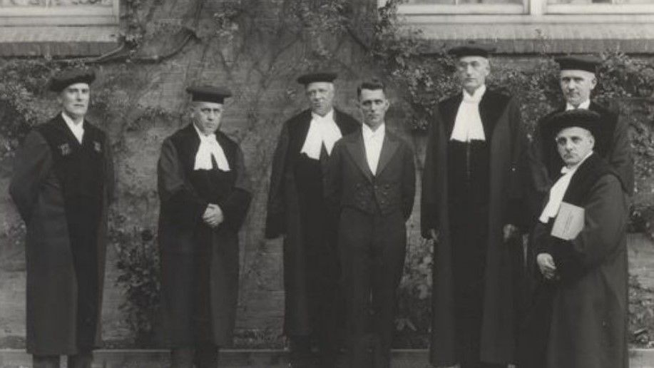 Photo: an old fashioned PhD committee (Wikimedia Commons, authour unknown)